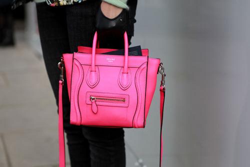 луки с розовой сумкой