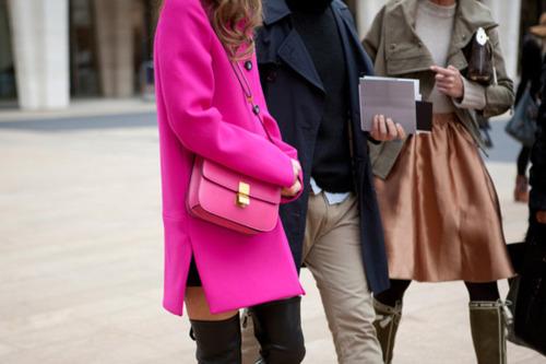 луки с розовым пальто и сумкой