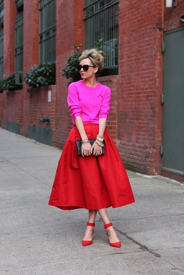 луки с розовым свитером