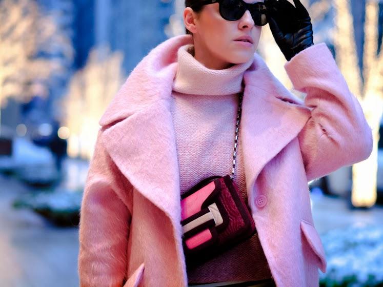 луки с розовым пальто и свитером
