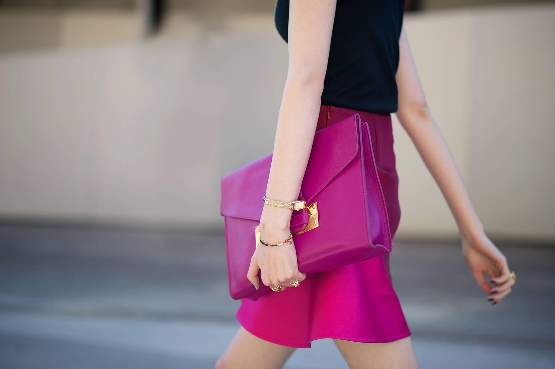 луки с розовой сумкой и юбкой